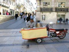 Kastanjepoffer in de straten van Coimbra